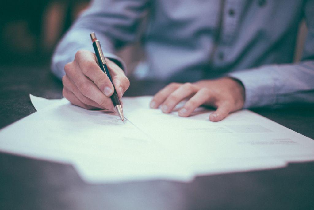 Заклетият преводач подписва превода на документа в присъствието на нотариус
